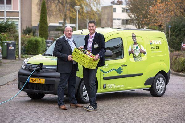 20-11-2013 Briellelevering nieuwe auto PLUS.Plus ondernemers John Bos en Chris Tessemaker (links) t.b.v. PlusFoto: Guido Benschop De Beeldredaktie