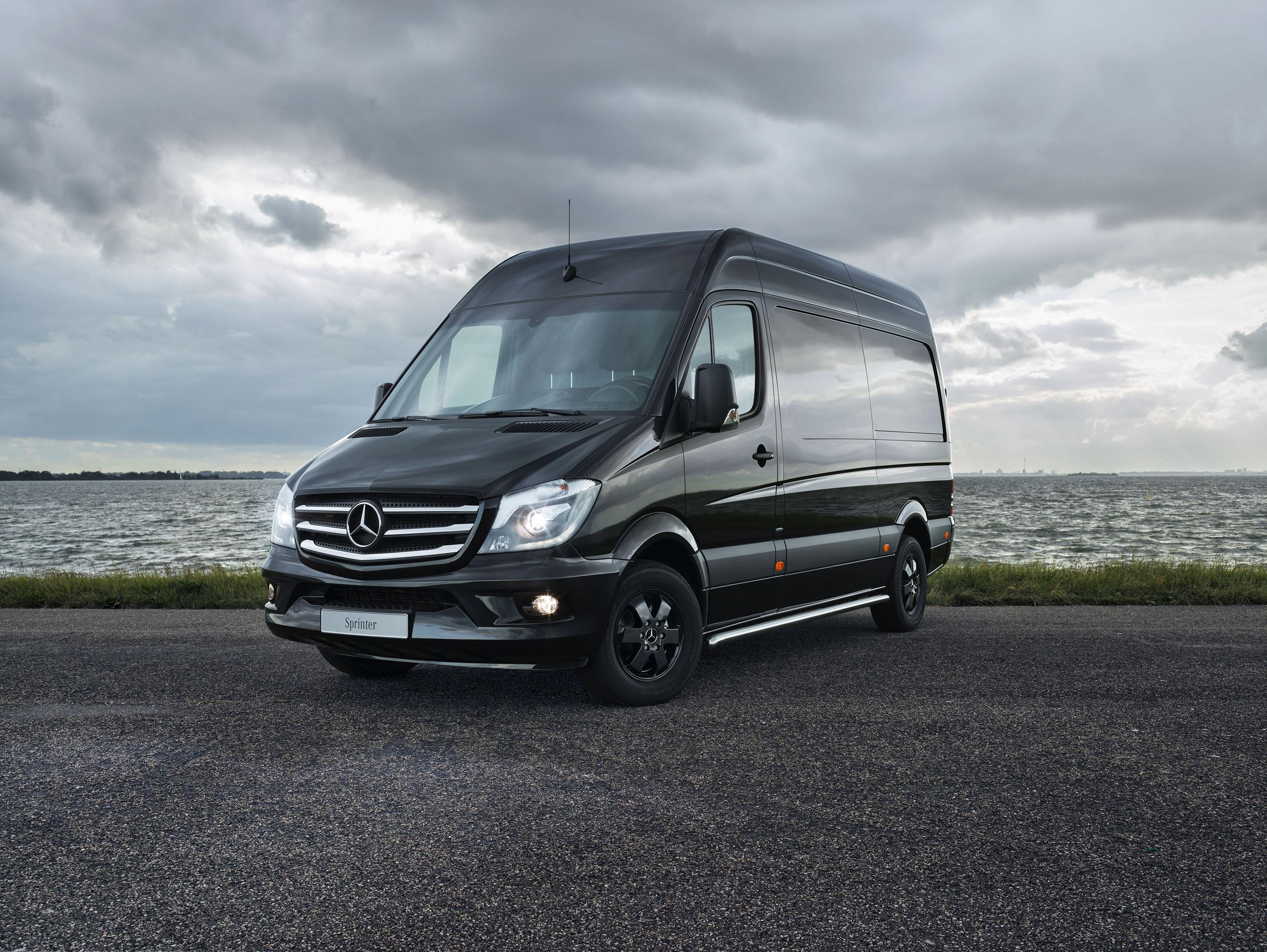 Mercedes-Benz kleurt Sprinter BLACK • Bestelauto.nl